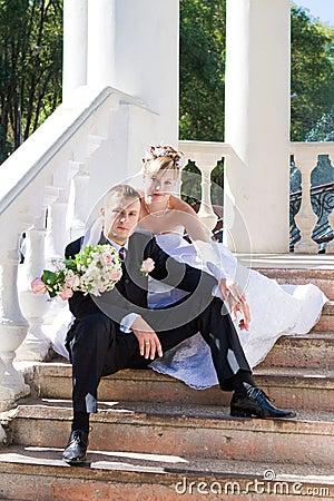 Eben verheiratetes Paar draußen
