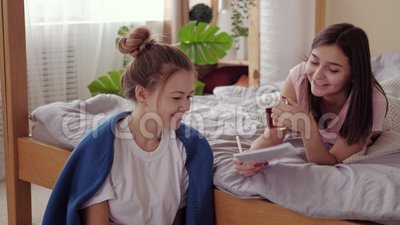 Echte vriendschap-tieners meisje dat een tablet bestudeert, bijen stock videobeelden