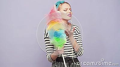 Echtgenote Reinnerlijke vrouwelijke schoonmaker op roze achtergrond Housekeeper Cleaning Woonmaker of vrolijke vrouw schoonmaken  stock footage