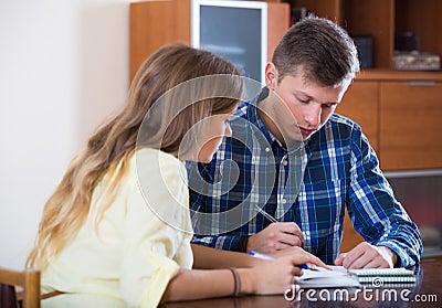 Echtgenoten met documenten voor bank thuis stock foto afbeelding 63101460 - Bank thuis van de wereld ...