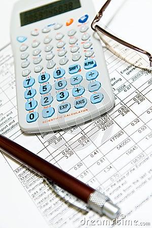 Economisch financieel onderzoek met calculator