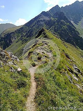 Edge path on mountain peaks