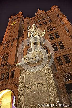 Edifício velho da estação de correios da estátua de Benjamin Franklin