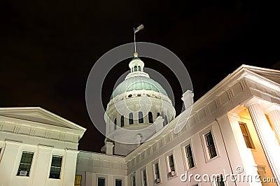 Edificio abovedado en la noche