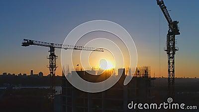 Edificio bajo construcción con los trabajadores almacen de metraje de vídeo
