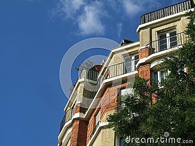 Edificio contra el cielo