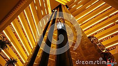 Edificio de lujo con el elevador moderno almacen de video