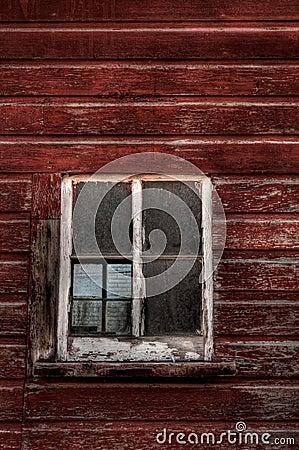 Edificio de madera rojo - ventana rota (vertical)