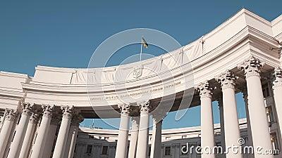 Edificio del ministero degli Affari esteri dell'Ucraina con sede a Kiev La bandiera sventola sopra l'edificio Rallentamento stock footage