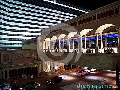 Edificio moderno del hotel de lujo con el skywalk