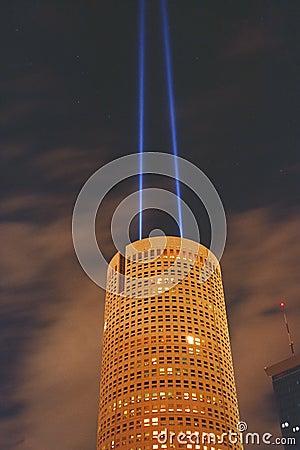 Edificio redondo con dos proyectores en la noche