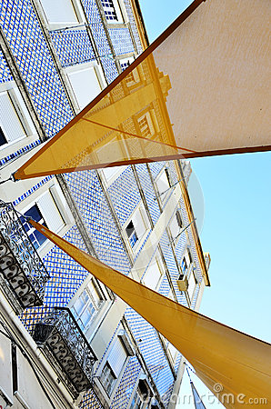 Edificio Viejo Con La Fachada Y Los Balcones Tejados Foto de ...