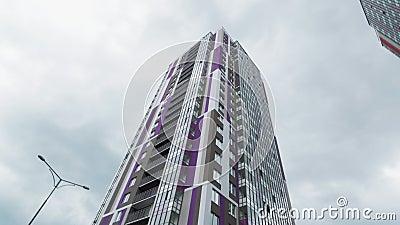 Edificios contemporáneos con fachadas brillantes en ángulo bajo disparado almacen de metraje de vídeo