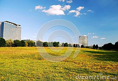 Edificios de oficinas y campo abierto