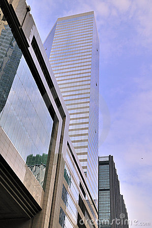 Edificios modernos bajo el cielo azul