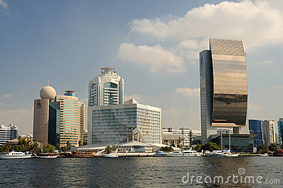 Edificios modernos en Dubai Creek Imagen editorial