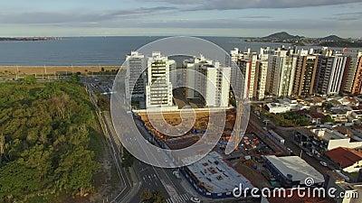 Edificios y casas frente a la playa metrajes
