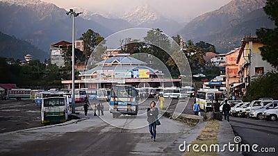 Editorial: Palampur, Himachal Pradesh, Índia: 10 de novembro de 2015: Parada do ônibus local na estação bonita do monte em Himach filme