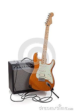 Een ampère en een elektrische gitaar op een witte achtergrond