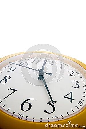 Een analoge klok vlak vóór het eind van Th