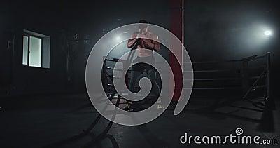 Een atletische vent die er geweldig uitziet met een geschikt en sterk lichaam, heeft een harde training in de cross-fitnessklasse stock videobeelden