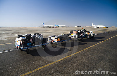 Een auto haalt bagage van de luchtpassagiers weg