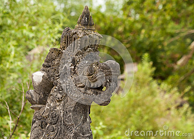 Een beeldhouwwerk van draak met woedend gezicht