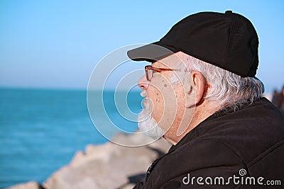 Een bejaarde met een baard