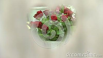 Een boeket van rode rozen door het hart stock videobeelden