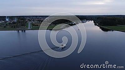 Een boot rijdt door de rivier stock videobeelden