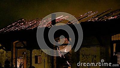Een brand in een pakhuis bij nacht
