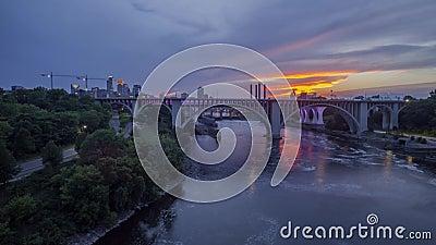 Een brede hoek lange blootstelling van de bruggen die van Minneapolis de Rivier van de Mississippi voor de Horizon overspannen Va stock video