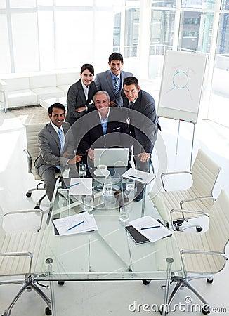 Een commerciële groep die diversiteit het werken toont
