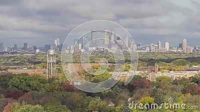 Een dichte die dag van Minneapolis van de binnenstad met dramatische wolken en schaduwen over de herfst wordt geschoten kleurt om stock videobeelden