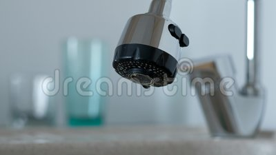 Een druppel zuiver water uit de kraan Selectieve focus stock videobeelden