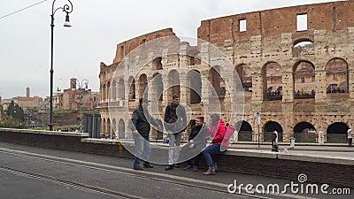 Een familie van toeristen op de achtergrond van Coliseum stock videobeelden