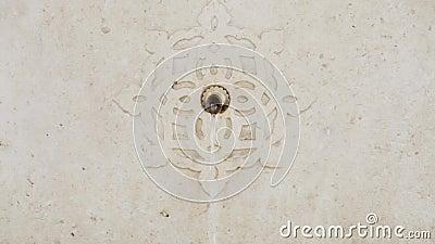 Een fontein van drinkbaar water met een mooi decoratief marmer stock video