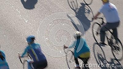 Een groep fietsers Massabeweging op fietsen voor een gezonde levensstijl cycling Mening van hierboven stock footage