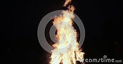 Een Grote Brandbrandwonden onder het Gazon campfire Het is de langste freestanding bouw van het roosterstaal in de wereld ProRes stock footage