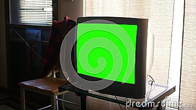 Een grote dikke standaard generische Televisie van het definitie groene scherm in woonkamer stock video
