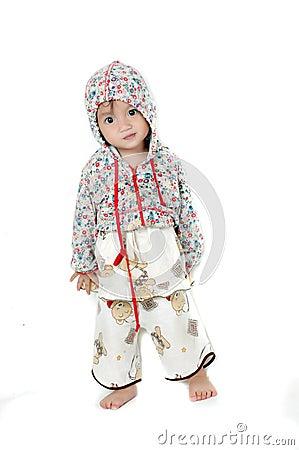 Een jong Aziatisch meisje dat dragend een jasje stelt