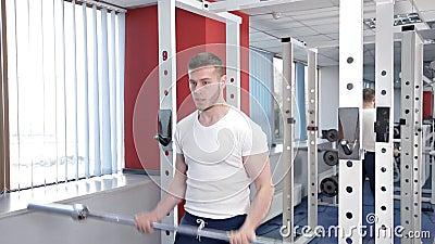 Een jonge mens is bezig geweest met de gymnastiek met een barbell Sport, macht, gezondheid stock videobeelden