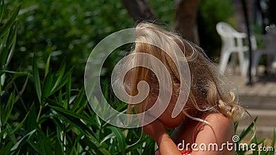 Natuurlijke blondje rijdt buiten