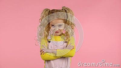 Een klein schattig vrouwtje is eerst boos en dan gelukkig en positief stock video