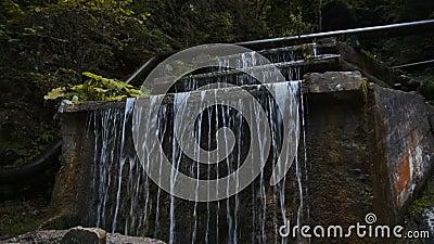 Een kleine waterval in de bergen stock footage