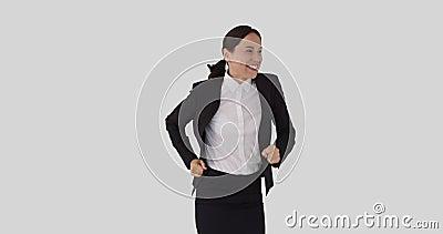 Een knappe zakenvrouw klapt en springt in opwinding stock videobeelden