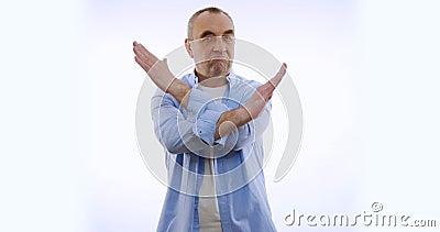 Een man met een verbodsgebaar Geïsoleerd op wit stock videobeelden