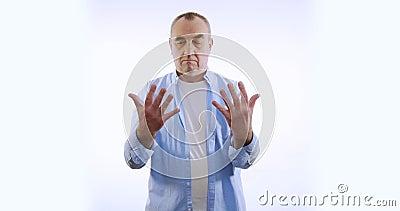 Een man onderzoekt zijn handen Geïsoleerd op witte achtergrond stock videobeelden