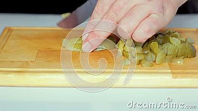 Een man snijdt met een mes. stock video
