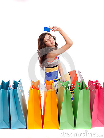 Een meisje in een lange kledingskleur met het winkelen zakken